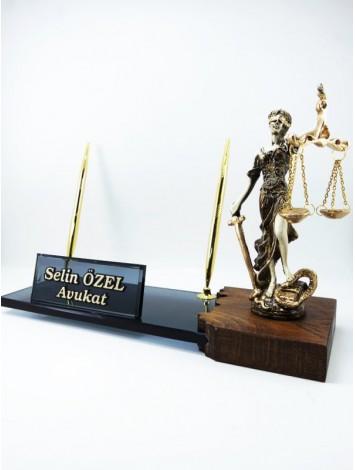 Adalet Heykelli Özel Masa İsimliği