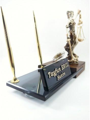 Hakime ve Savcıya Ahşap Kristal Masa İsimliği