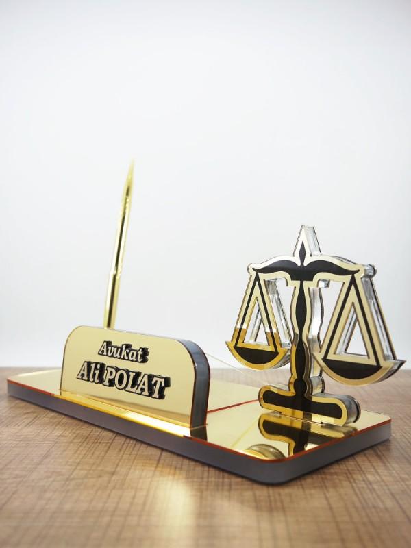 Avukat için terazili masa isimliği