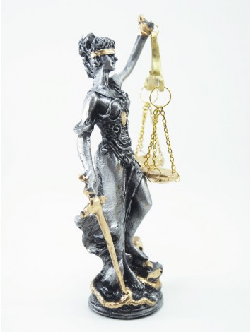 Gümüş adalet heykeli